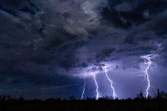 La foudre boulonne la grève dans un nuage de tempête images libres de droits