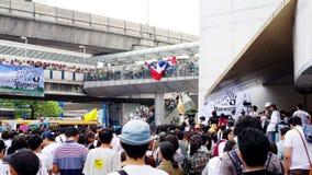 La foule énorme écoutent la parole contre la construction d'un barrage en Mae Wong Image stock