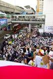 La foule énorme écoutent la parole contre la construction d'un barrage en Mae Wong National Park Images libres de droits