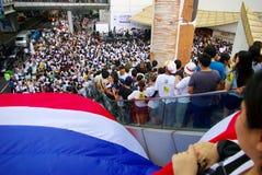 La foule énorme écoutent la parole contre la construction d'un barrage en Mae Wong National Park Photographie stock libre de droits