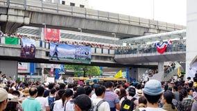 La foule énorme écoutent la parole contre la construction d'un barrage en Mae Wong National Park Image stock
