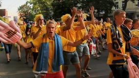 La foule énorme des passionés du football dans la couleur nationale adapte à aller à l'esprit d'équipe de stade banque de vidéos