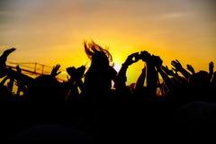 La foule apprécie le festival de musique d'été, le coucher du soleil Photographie stock libre de droits