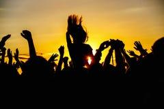 La foule apprécie le festival de musique d'été, le coucher du soleil Image stock
