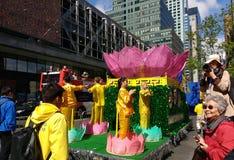 La foule apprécie un défilé à New York City, NYC, NY, Etats-Unis Photos libres de droits