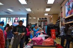 La foule d'achats essayant de tirer le meilleur parti s'occupe Photo stock