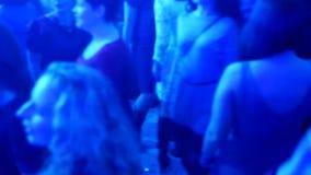 La foule danse en musique à la disco banque de vidéos