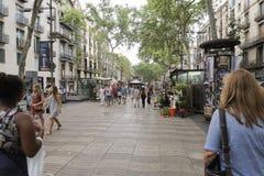 La foule de Barcelone, Espagne marchant sur l'arbre de Rambla de La a rayé le secteur Image libre de droits