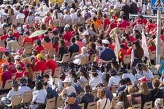 La foule de fidèle écoutent pape Francesco Bergoglio célèbre le corpus Domini Mass à la place de Sant Monica à Rome images libres de droits