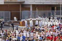 La foule de fidèle attendent pape Francesco Bergoglio pour célébrer le corpus Domini Mass à la place de Sant Monica à Rome photo libre de droits