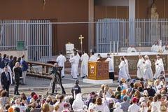 La foule de fidèle attendent pape Francesco Bergoglio pour célébrer le corpus Domini Mass à la place de Sant Monica à Rome image libre de droits