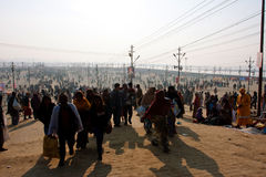 La foule de gens a sorti de la rivière en Inde Photo stock