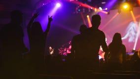 La foule de la silhouette des personnes dansant au concert Photographie stock libre de droits