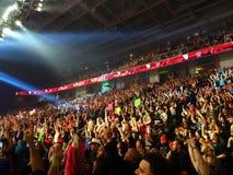 La foule des fans devient folle avec 'oui le chant' en dirigeant des doigts dedans Photographie stock