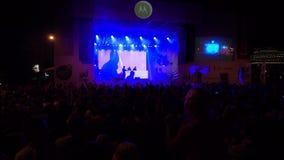 La foule des fans encourageant à ouvert aèrent le festival vivant banque de vidéos