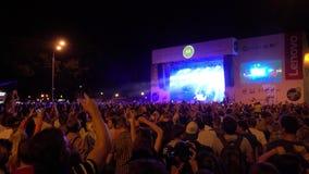 La foule des fans encourageant à ouvert aèrent le festival vivant clips vidéos
