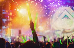 La foule des mains lèvent des lumières d'étape de concert Photo stock