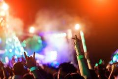 La foule des mains lèvent des lumières d'étape de concert d'amants Photographie stock libre de droits