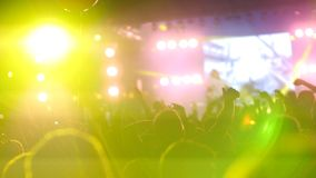 La foule des personnes appréciant le concert en plein air avec le laser rayonne images stock