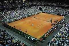 La foule des personnes dans la cour de sports pendant un tennis sont assorties Photographie stock libre de droits