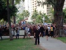 La foule des personnes observent et photographient des étoiles marchant le carpe rouge Photographie stock libre de droits