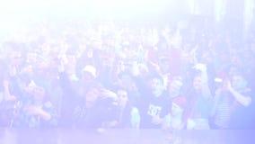 La foule des personnes soulèvent des mains dans la boîte de nuit, lasers de scintillement Mouvement lent strobe banque de vidéos