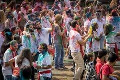 La foule fait des amis au festival de couleur de Holi Image stock