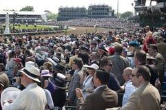 La foule observe le chemin de Kentucky Derby Photos stock