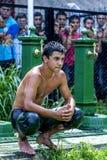 La foule regarde dessus pendant qu'un lutteur détend après la concurrence au festival de lutte d'huile turque de Kirkpinar à Edir Photographie stock