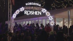 La foule s'est réunie à l'entrée de piste Piste de Roshen de titre Roshen est une marque déposée possédée par le président de l'U banque de vidéos