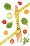 La fourchette en bois a enveloppé le centimètre et les légumes frais, le concept du régime et la nutrition saine images libres de droits
