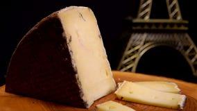 La fourchette prend un morceau de fromage à pâte dure banque de vidéos