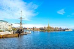 La frégate amarrée dans le St Petersbourg, Russie photos libres de droits