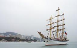 La frégate Nadezhda vient dans le port de Sotchi Photos stock