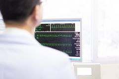 La fréquence cardiaque de contrôle de docteur et l'impulsion du patient en exécutant l'essai image libre de droits