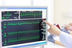 La fréquence cardiaque de contrôle de docteur et l'impulsion du patient en exécutant l'essai images libres de droits