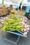 La fraîchement sélectionnée Ciotat de marché en plein air d'ail Image stock