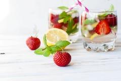 La fragola, la menta ed il cocktail attaccano - gli ingredienti per la fragola Fotografia Stock Libera da Diritti