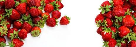 La fragola rossa è sparsa ed isolata su bianco Immagini Stock
