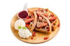 La fragola waffles salsa della fragola del briciolo e gelato Fotografia Stock Libera da Diritti