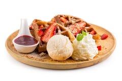 La fragola waffles salsa della fragola del briciolo e gelato Immagini Stock
