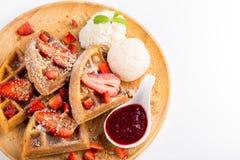 La fragola waffles salsa della fragola del briciolo e gelato Fotografie Stock Libere da Diritti