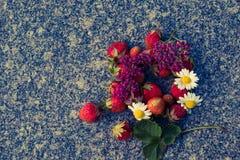 La fraise est un écrou multi image stock
