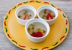 La fraise et le kiwi de fruit gèlent le dessert sur le fond en bois Images libres de droits