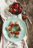 La fraise fraîche a enduit en yaourt et les biscuits s'émiettent Photo stock