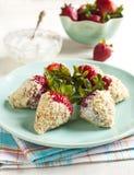 La fraise fraîche a enduit en yaourt et les biscuits s'émiettent Photographie stock