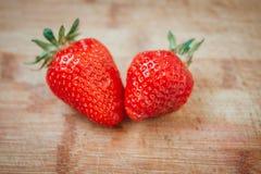 La fraise fraîche sur un fond en bois foncé, se ferment de la grande fraise sur le bois Photos libres de droits