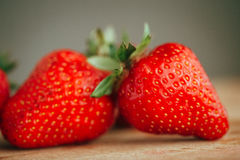 La fraise fraîche sur un fond en bois foncé, se ferment de la grande fraise sur le bois Photographie stock libre de droits
