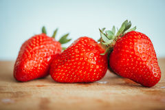 La fraise fraîche sur un fond en bois foncé, se ferment de la grande fraise sur le bois Photo libre de droits