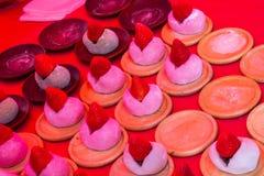 La fraise Mochi Ichigo Daifuku est un stuf mou et caoutchouteux de mochi photos stock